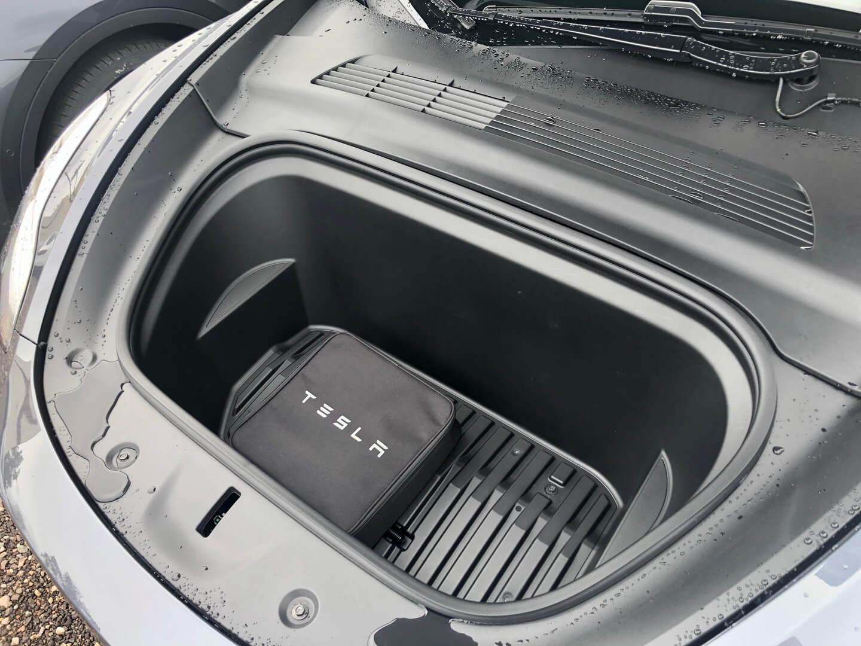 Размер переднего багажника в Tesla Model Y