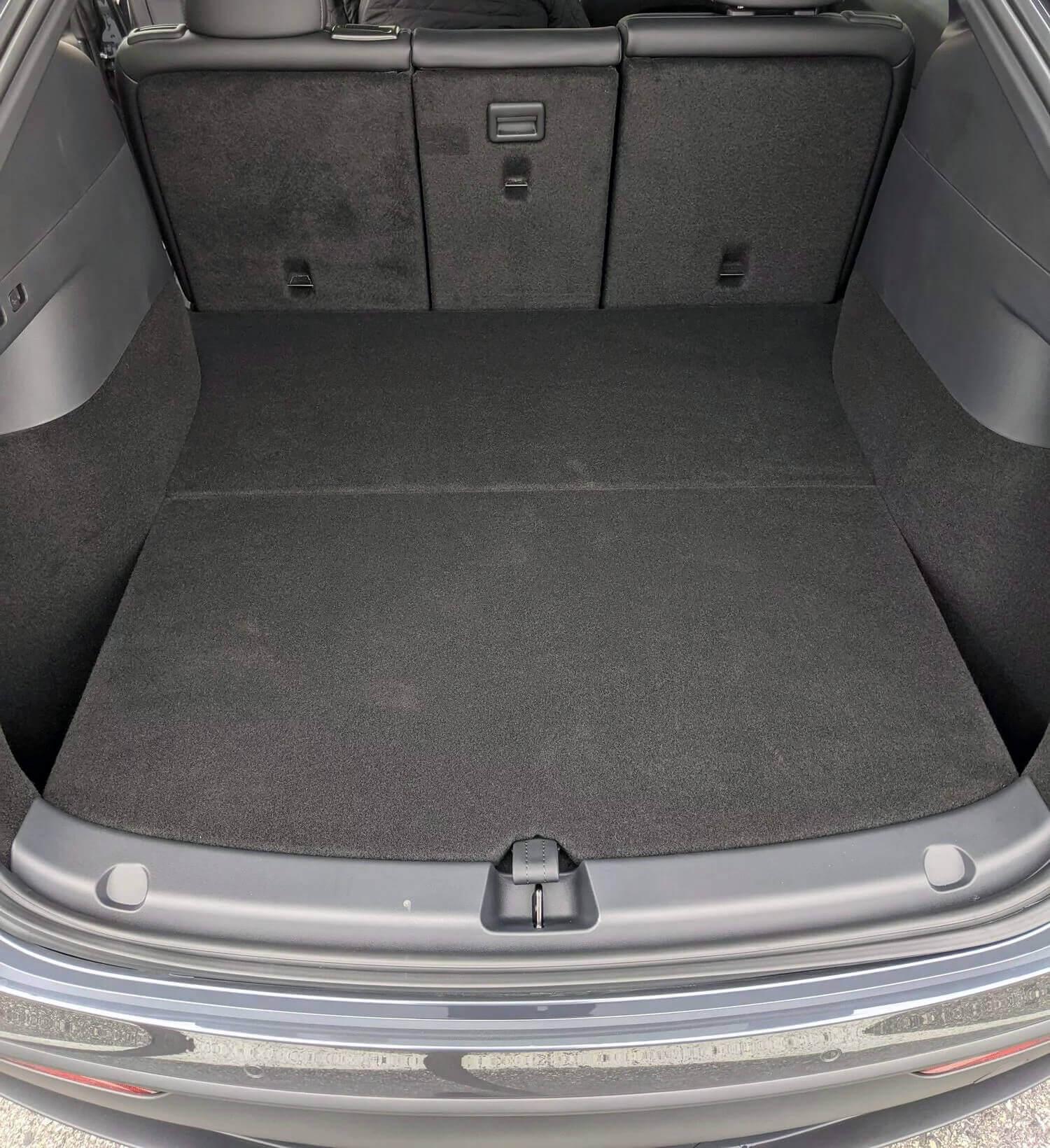 Сложенные спинки сидений формируют ровный пол с багажником и обеспечивают максимальное пространство в салоне