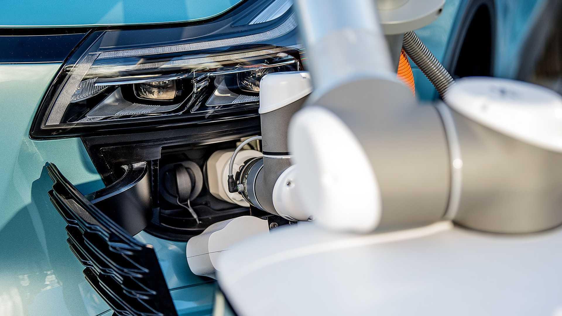 Подключение автономного зарядного робота CARL к электромобилю Aiways U5