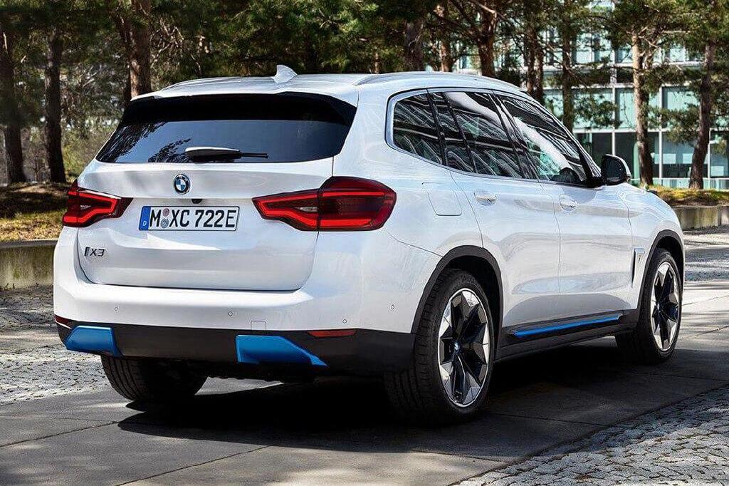 Фотография серийной версии BMW iX3