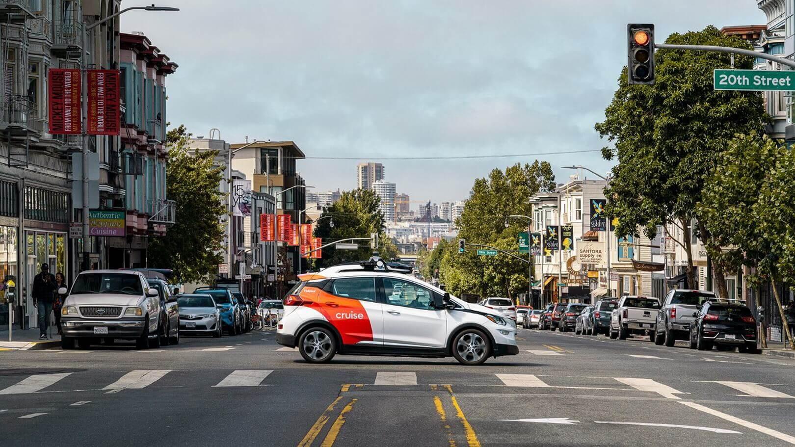 Полностью автономный электрический автомобиль без рулевого колеса и педалей Cruise на базе Chevrolet Bolt на улицах Сан-Франциско
