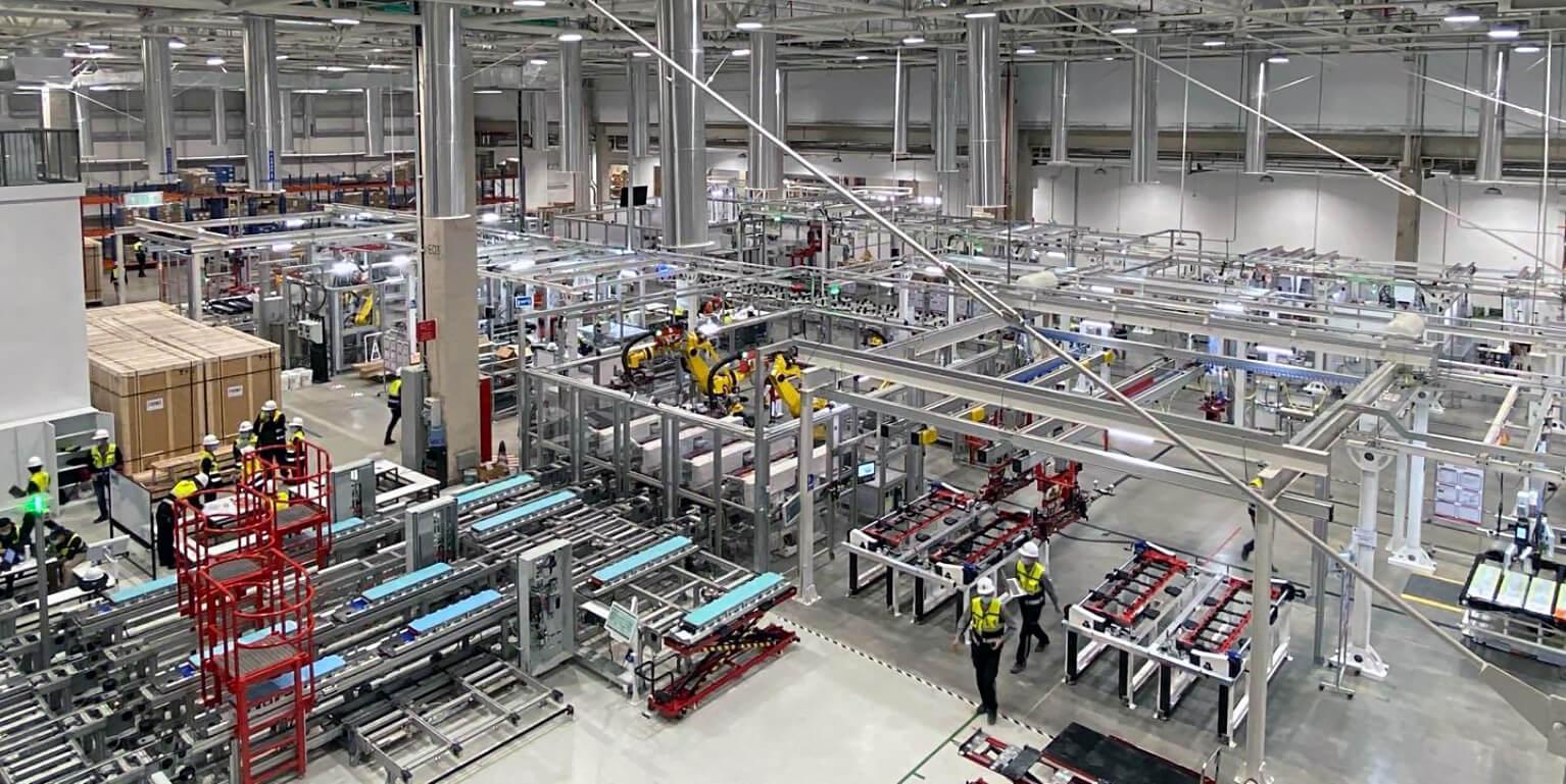 Сборка модулей батарей Tesla Model 3 на Gigafactory в Китае