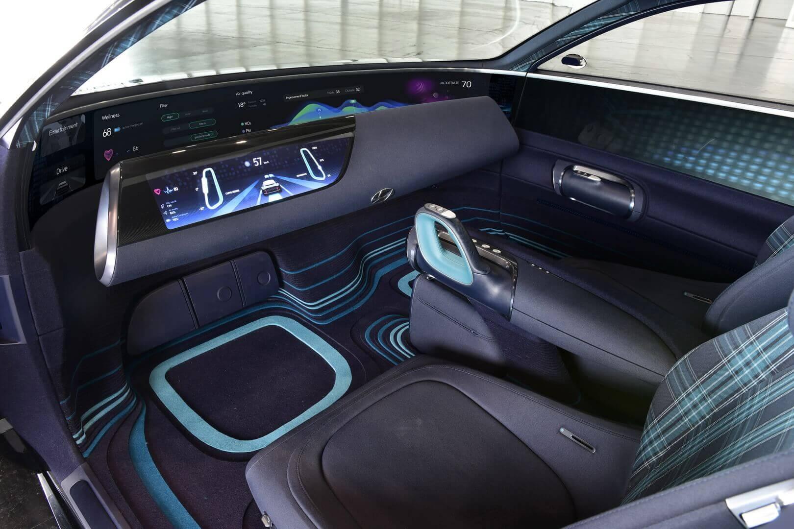 Вместо рулевого колеса, установленного высоко на приборной панели перед водителем, Prophecy управляется двумя джойстиками, расположенными слева и справа от водителя