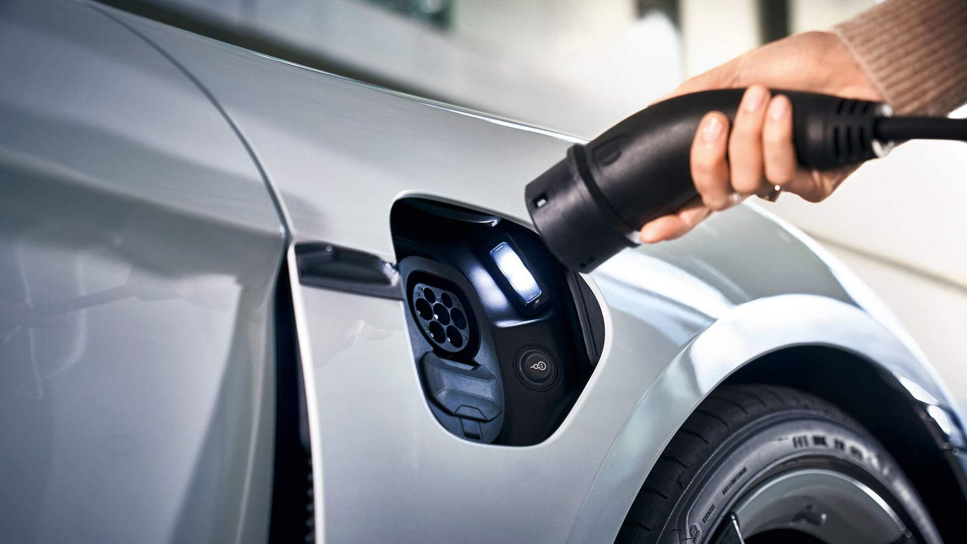 Porsche Taycan 2021 модельного года получит бортовое зарядное устройство переменного тока 22 кВт