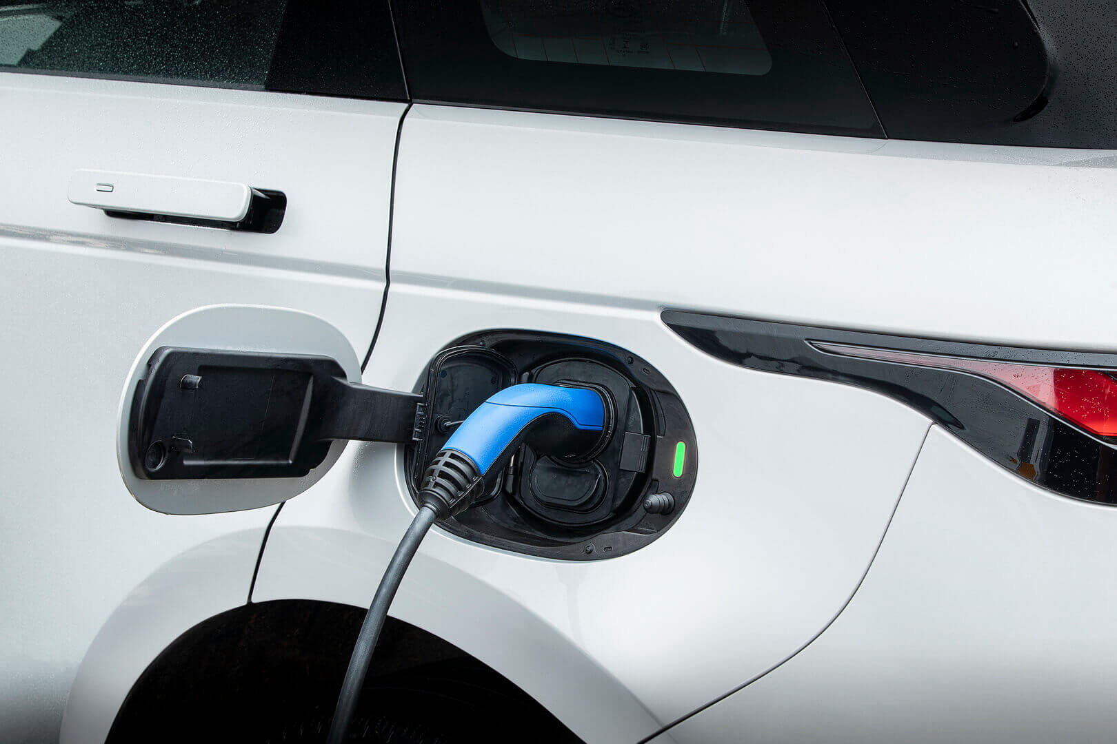 Зарядный порт плагин-гибрида Range Rover Evoque P300e