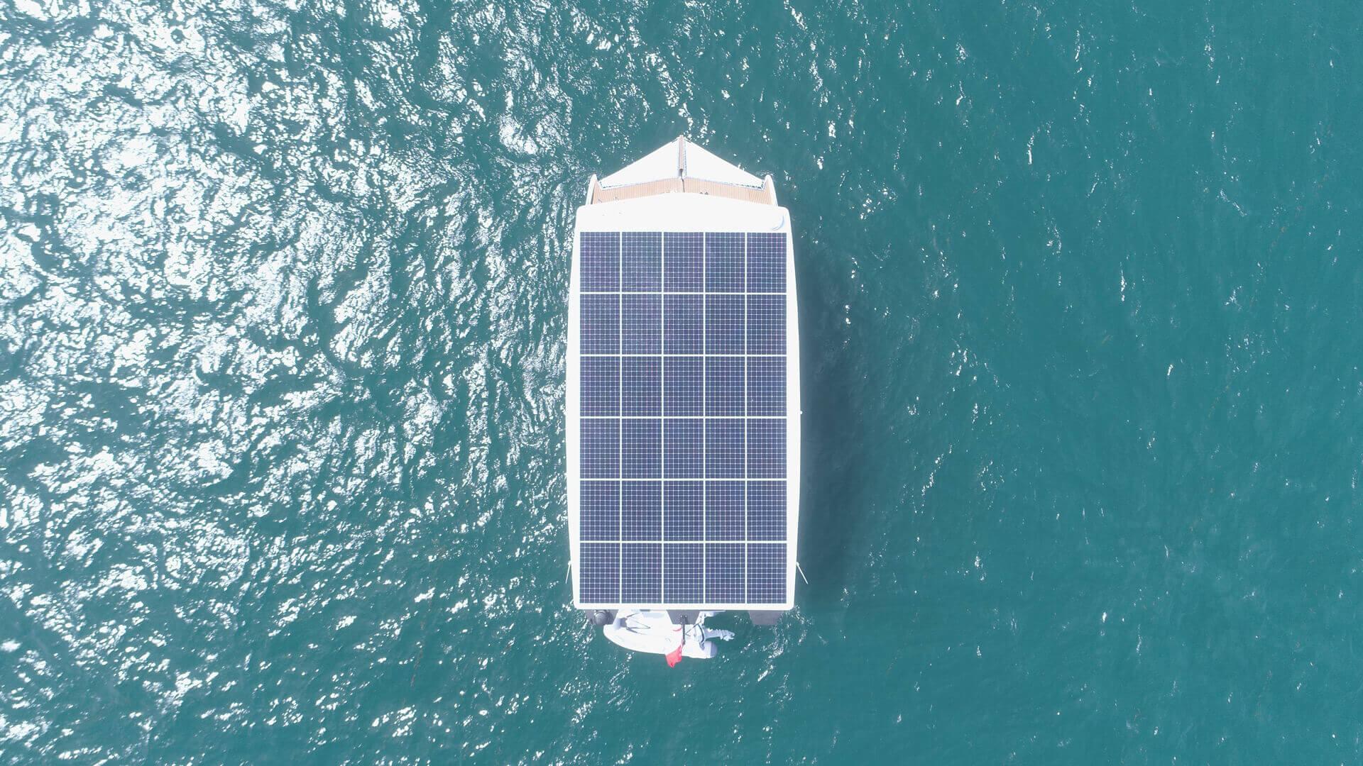 Спущена на воду первая серийная электрическая яхта на солнечной энергии