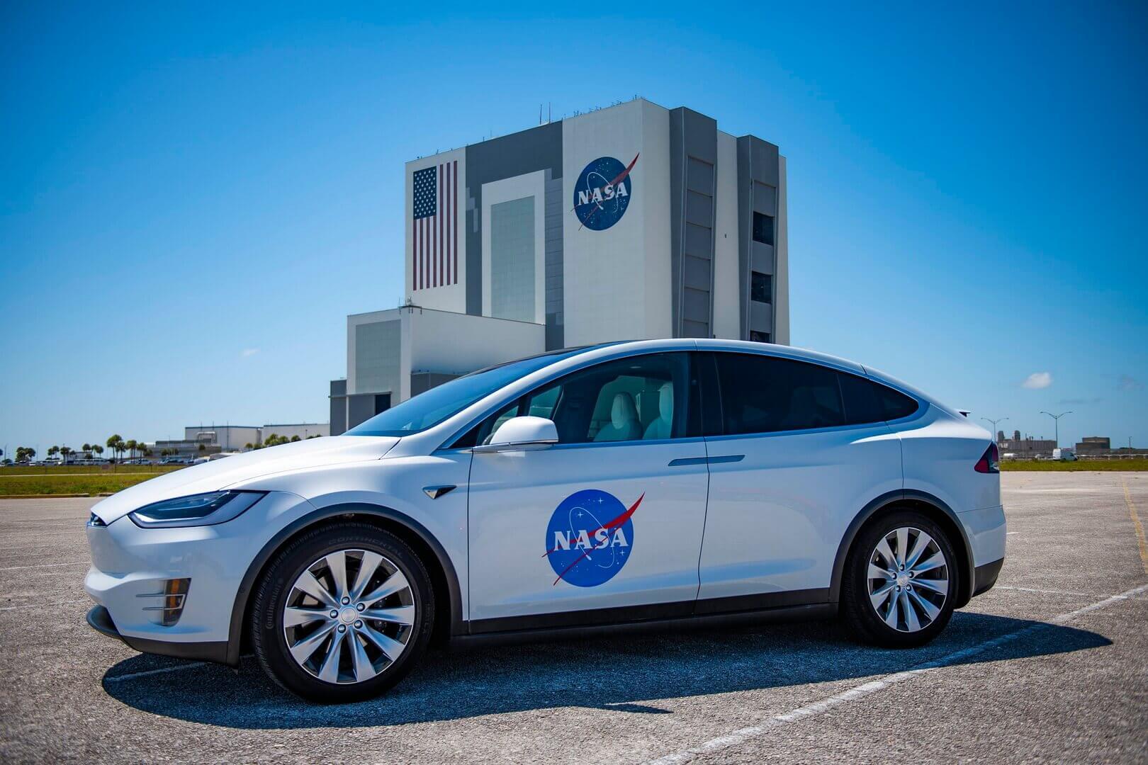 Tesla Model X для астронавтов