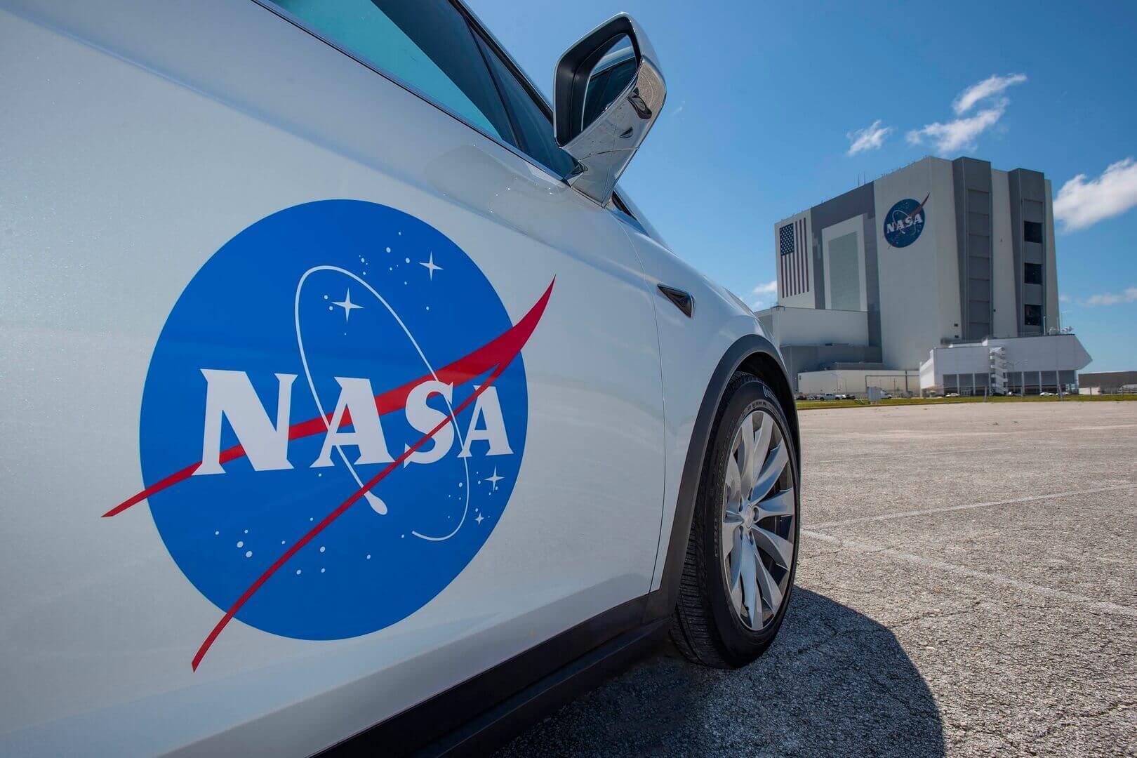 Первый взгляд на Tesla Model X космического экипажа NASA