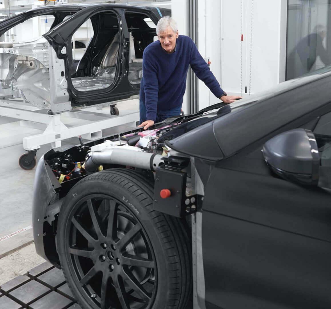 Джеймс Дайсон рядом с прототипом отмененного электромобиля