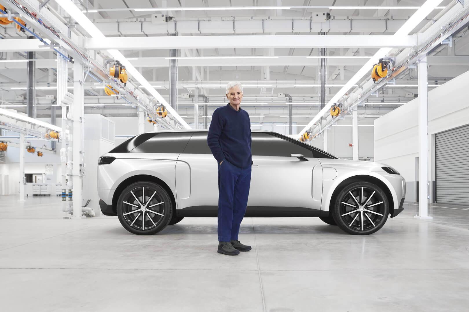 Миллиардер Джеймс Дайсон позирует перед прототипом электрического внедорожника своей компании