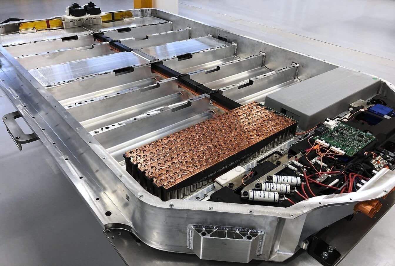 Корпус для размещения литий-ионных аккумуляторов, которые легко можно было заменить на более компактные и легкие твердотельные батареи