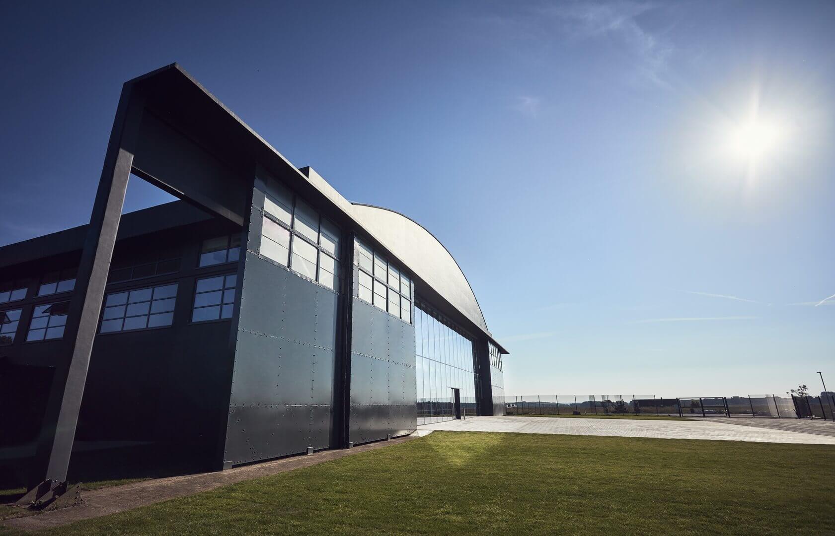 Ангары на бывшем аэродроме RAF Hullavington в Халлавингтоне для проектирования, разработки и испытаний электромобилей Dyson