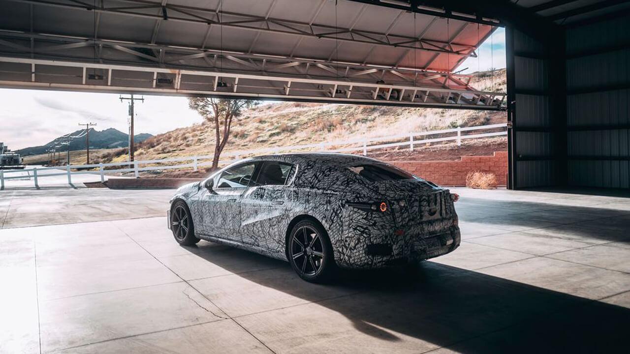 Образ серийного электрического седана Mercedes-Benz EQS