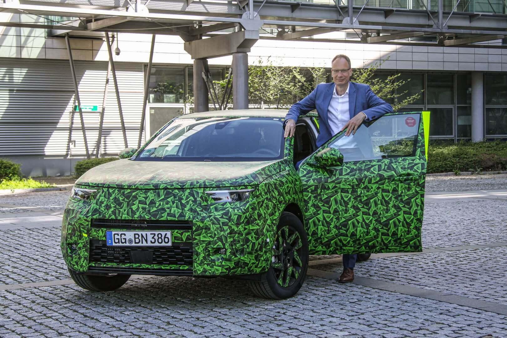 Генеральный директор Майкл Лошшеллер показывает новый Opel Mokka