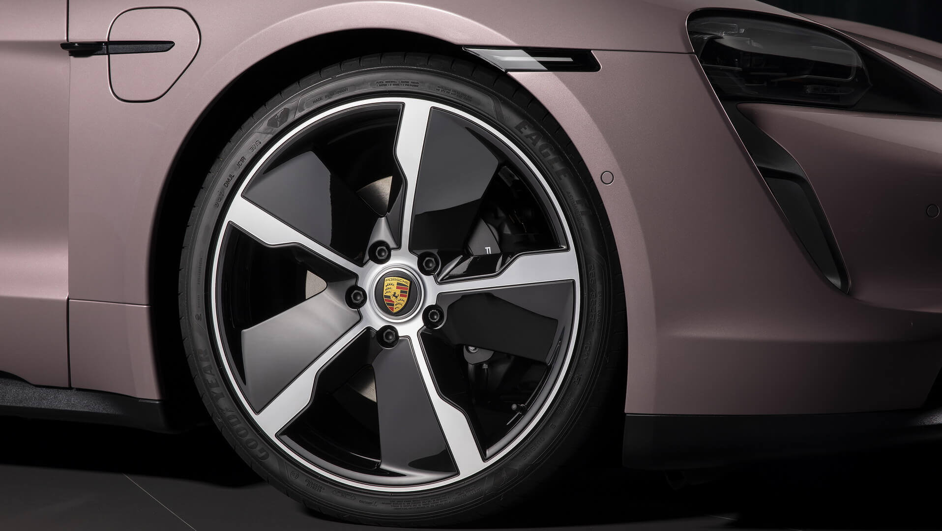 19-дюймовые колеса Taycan Aero с тормозными суппортами черного цвета