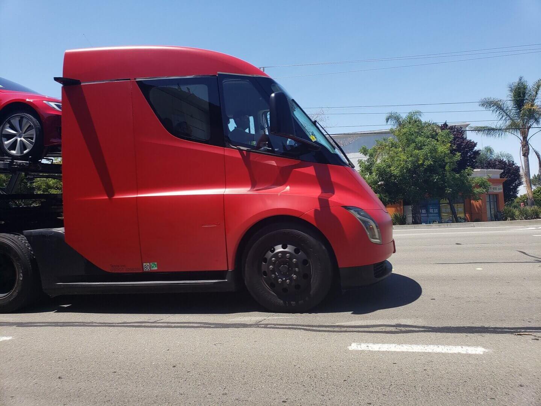 Tesla Semi задействовали для перевозки электромобилей
