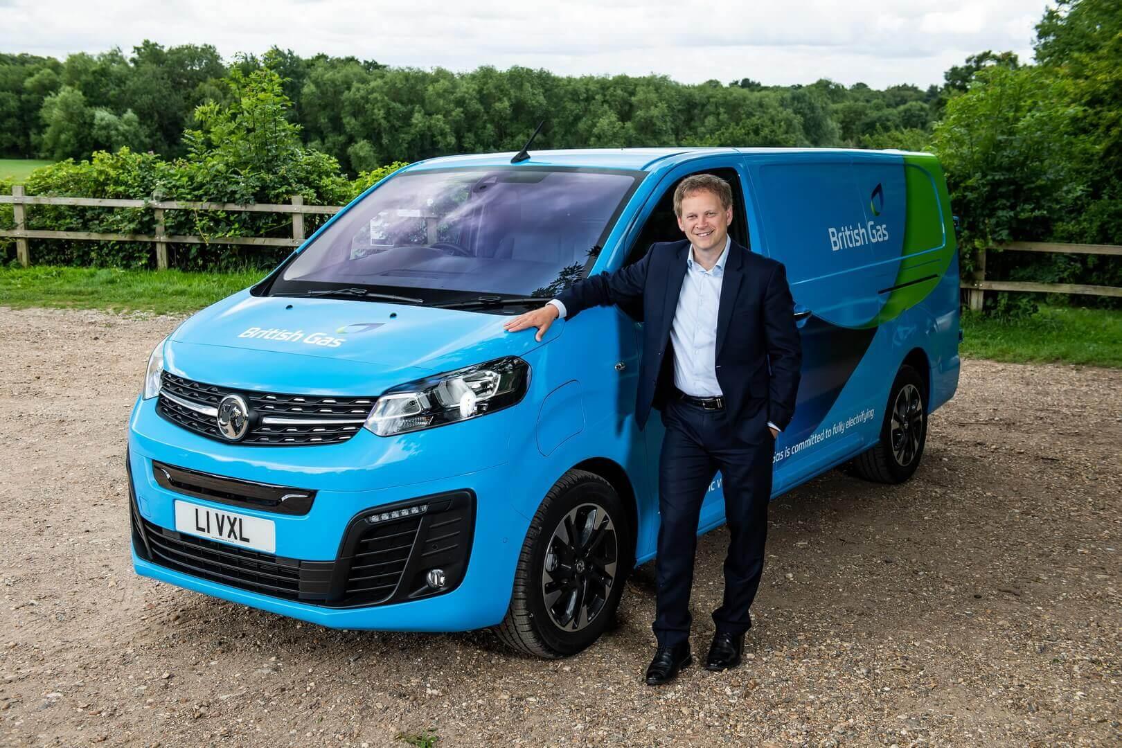 Министр транспорта Великобритании Грант Шэппс вместе с новым электрическим фургоном British Gas