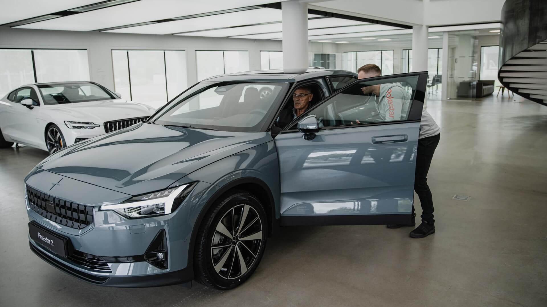 Первому клиенту в Европе доставили электромобиль Polestar 2