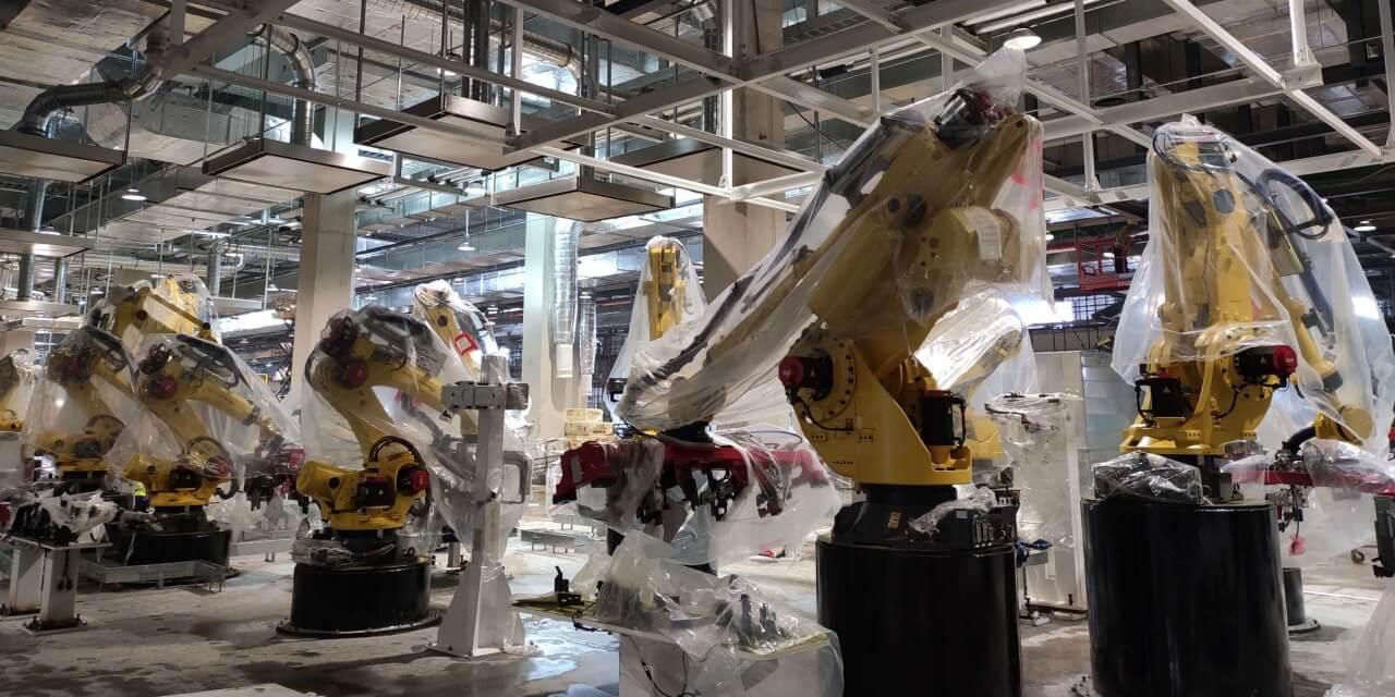 Фотографии роботов, которые устанавливаются на производственной линии для выпуска Model Y в Giga Shanghai