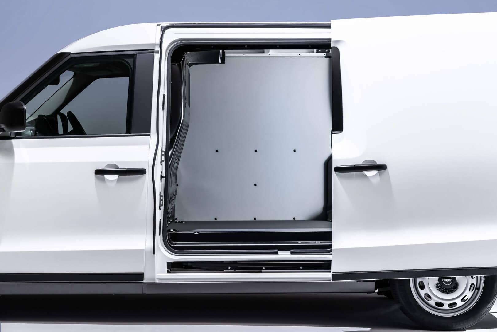 LEVC VN5 оснащен боковой раздвижной дверью для загрузки европоддона