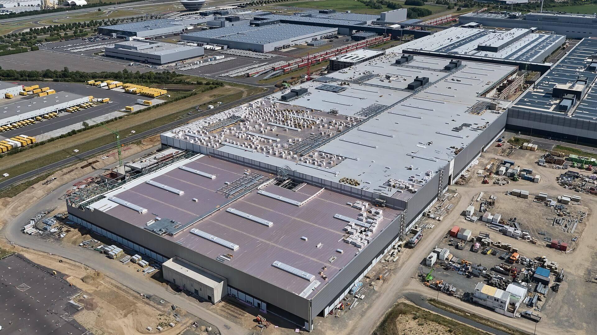 Фабрика в Лейпциге, где будет производиться новый электромобиль Porsche Macan