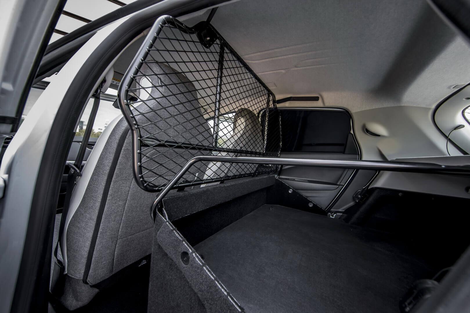 Renault ZOE Van имеет сетчатую перегородку позади передних сидений и сохраняет функциональность задних дверей