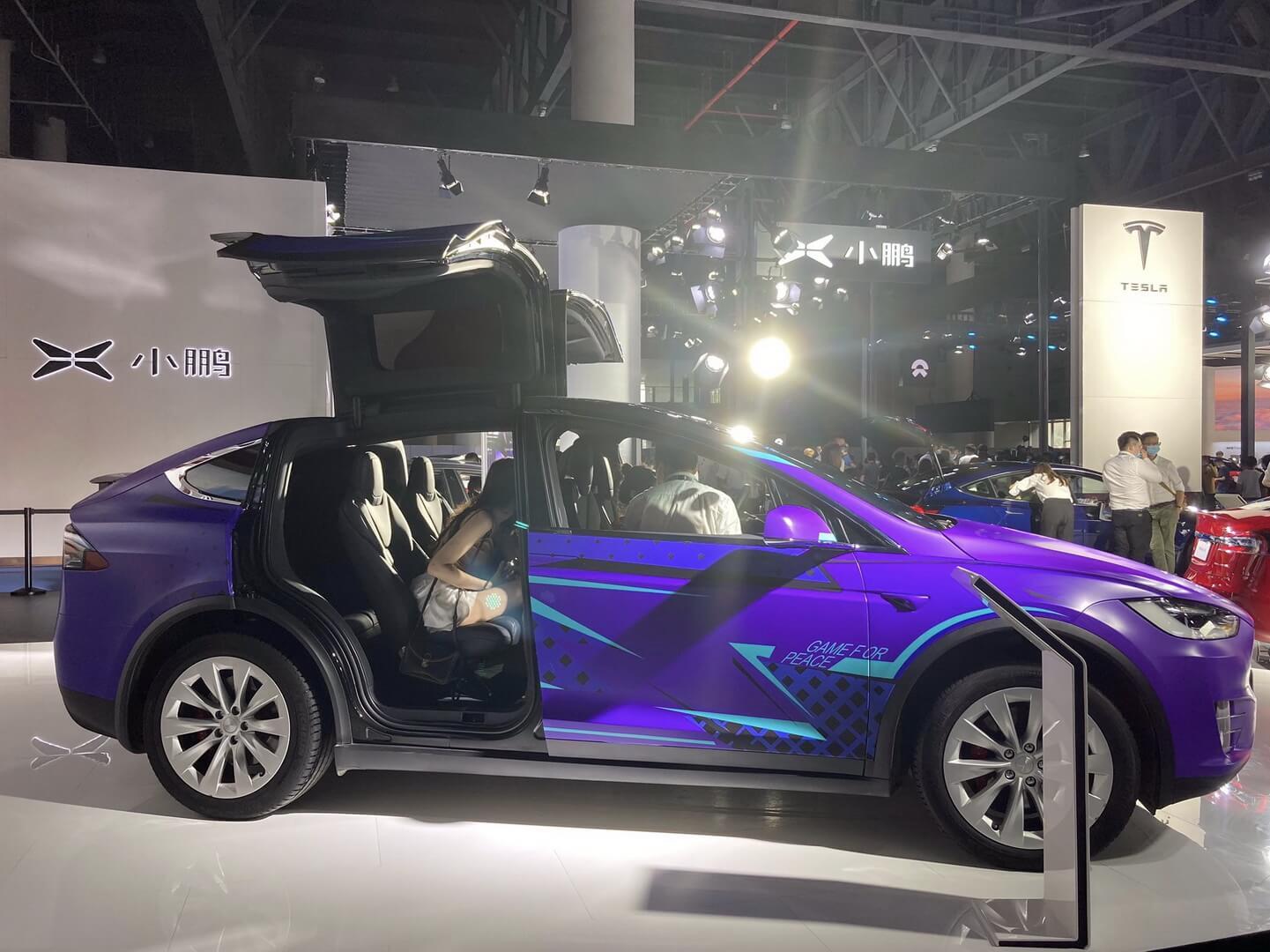 Tesla представила Model X в специальной пленке фиолетового цвета