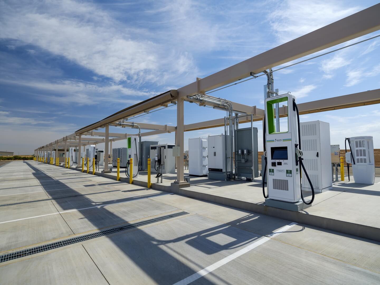 Volkswagen открывает крупнейшую зарядную станцию для тестирования экстремальной зарядки электромобилей