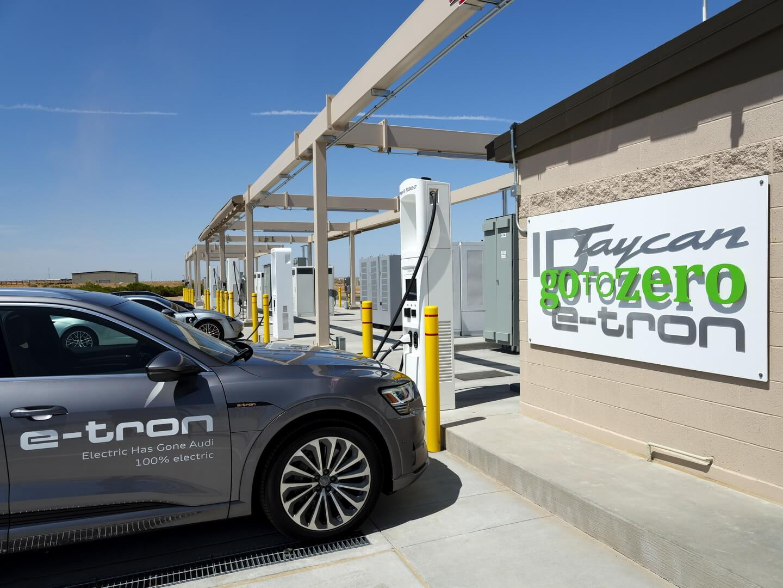 Станция на 50 автомобилей в Аризонском испытательном полигоне включает в себя 25 быстрых зарядных устройств постоянного тока и 10 зарядных устройств переменного тока уровня 2