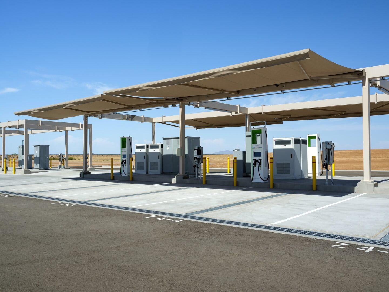16 парковочных мест расположены под навесом с дистанционным управлением, чтобы имитировать затененные условия