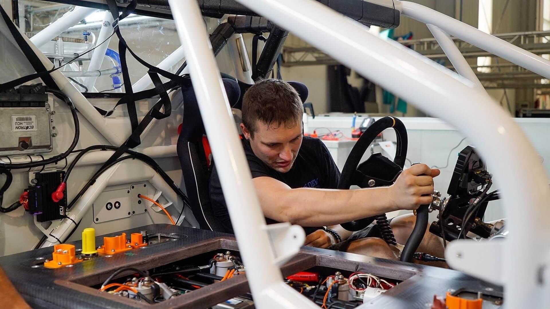Окончательный гоночный электромобиль должен быть официально представлен к концу этого года, и на первый сезон запланировано шесть европейских соревнований