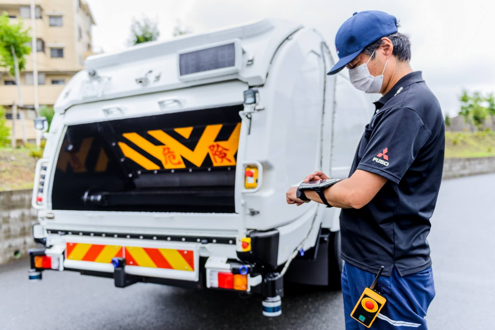 Операторы, идущие рядом странспортным средством, могут управлять eCanter SensorCollect дистанционно