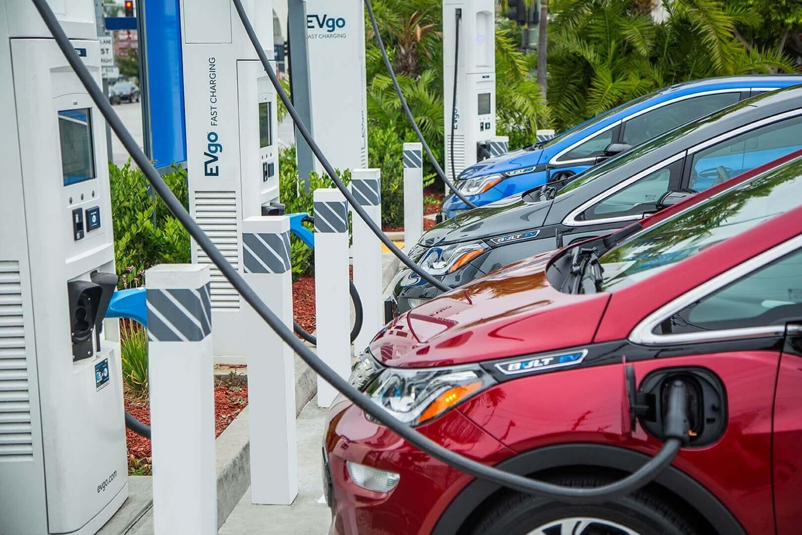 GM и EVgo добавят более 2700 быстрых зарядных устройств в национальную сеть