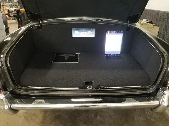 Дисплеи мультимедийной системы и приборной панели от Tesla Model S установили в багажнике