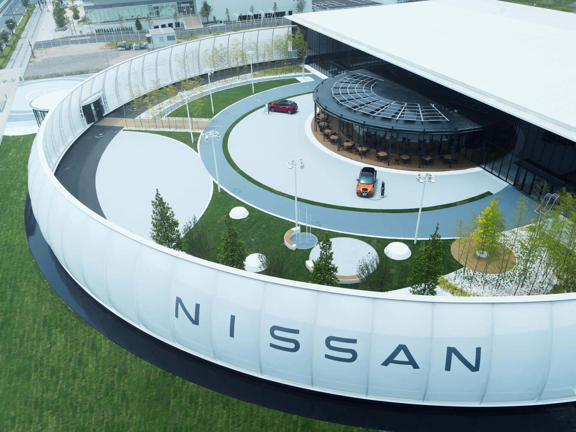 Nissan принимает электричество в качестве оплаты за парковку возле выставочного центра компании в Йокогаме, Япония