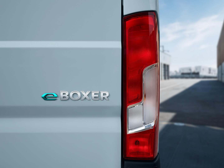 Электрическая версия Peugeot Boxer снаружи узнаваема по значку «e-Boxer» на задней двери