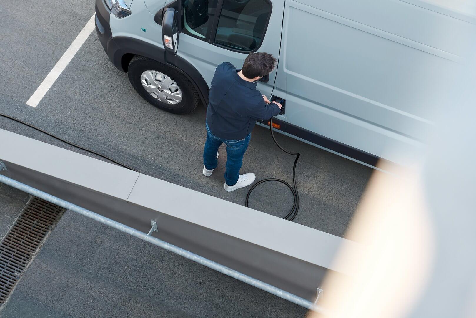 Фургон оснащен бортовым зарядным устройством CCS Combo Type 2 на 22 кВт (AC) и 50 кВт (DC)
