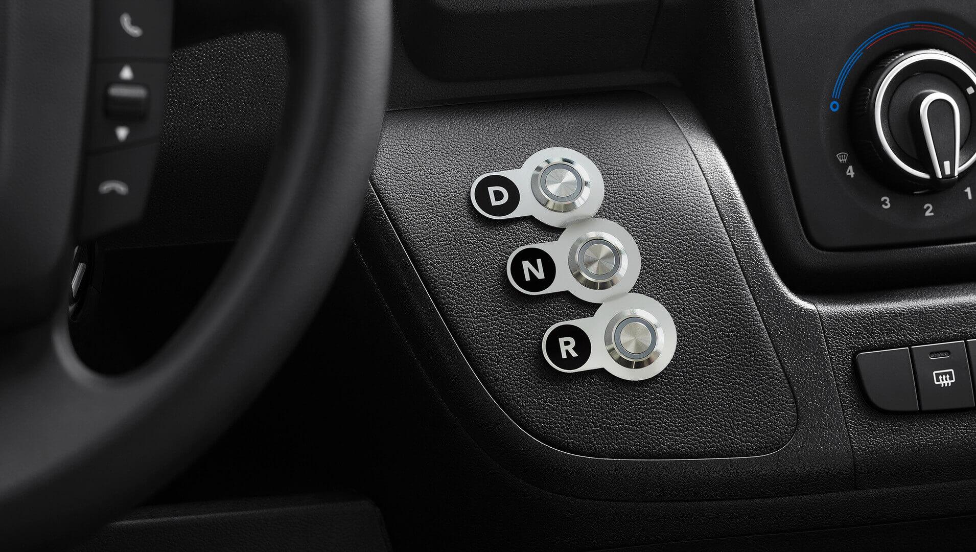 Для управления движением фургона нацентральной консоли расположены три кнопки: «D», «N» и«R»