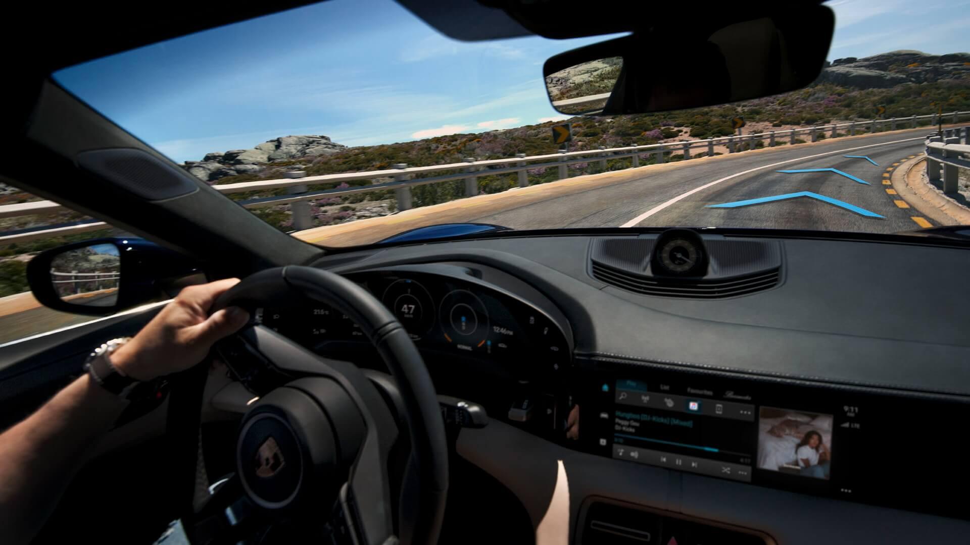 Система активного ведения по полосе благодаря постоянному подруливанию удерживает автомобиль посередине своей полосы