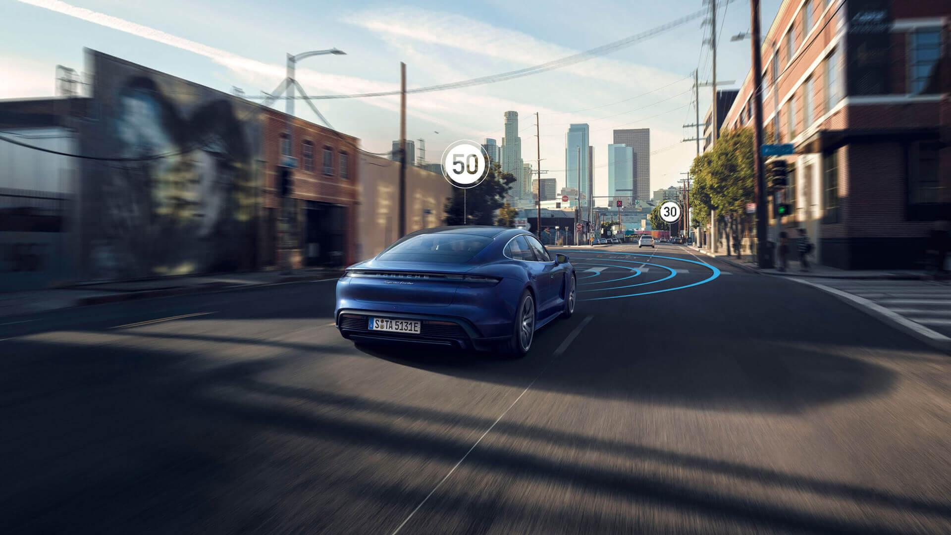 Система InnoDrive самостоятельно регулирует скорость в типичном для спортивного автомобиля стиле с учетом предстоящей ситуации