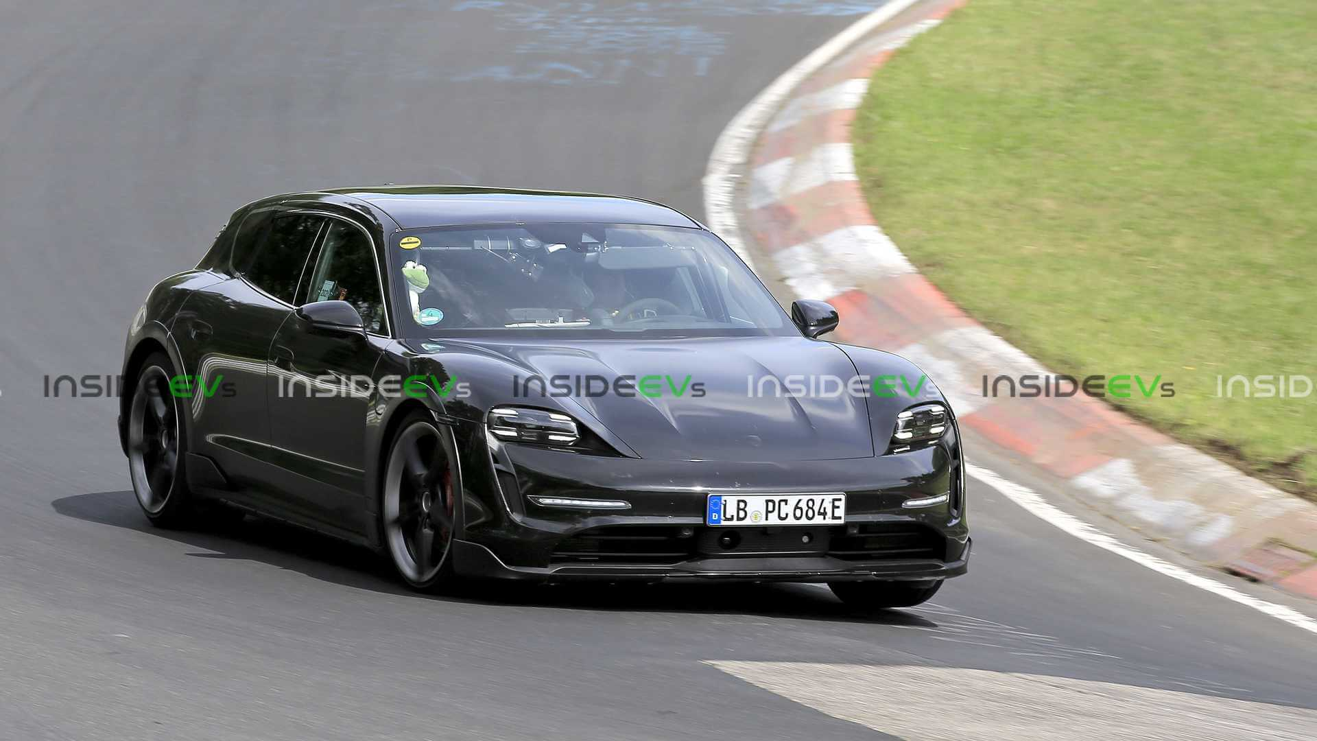 Porsche Taycan Cross Turismo засветился на тяжелых тестах на Нюрбургринге