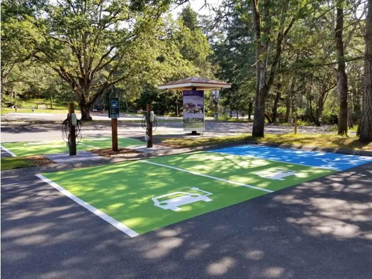 Станции зарядки электромобилей в Национальном историческом районе Форт-Родд-Хилл (Британская Колумбия)