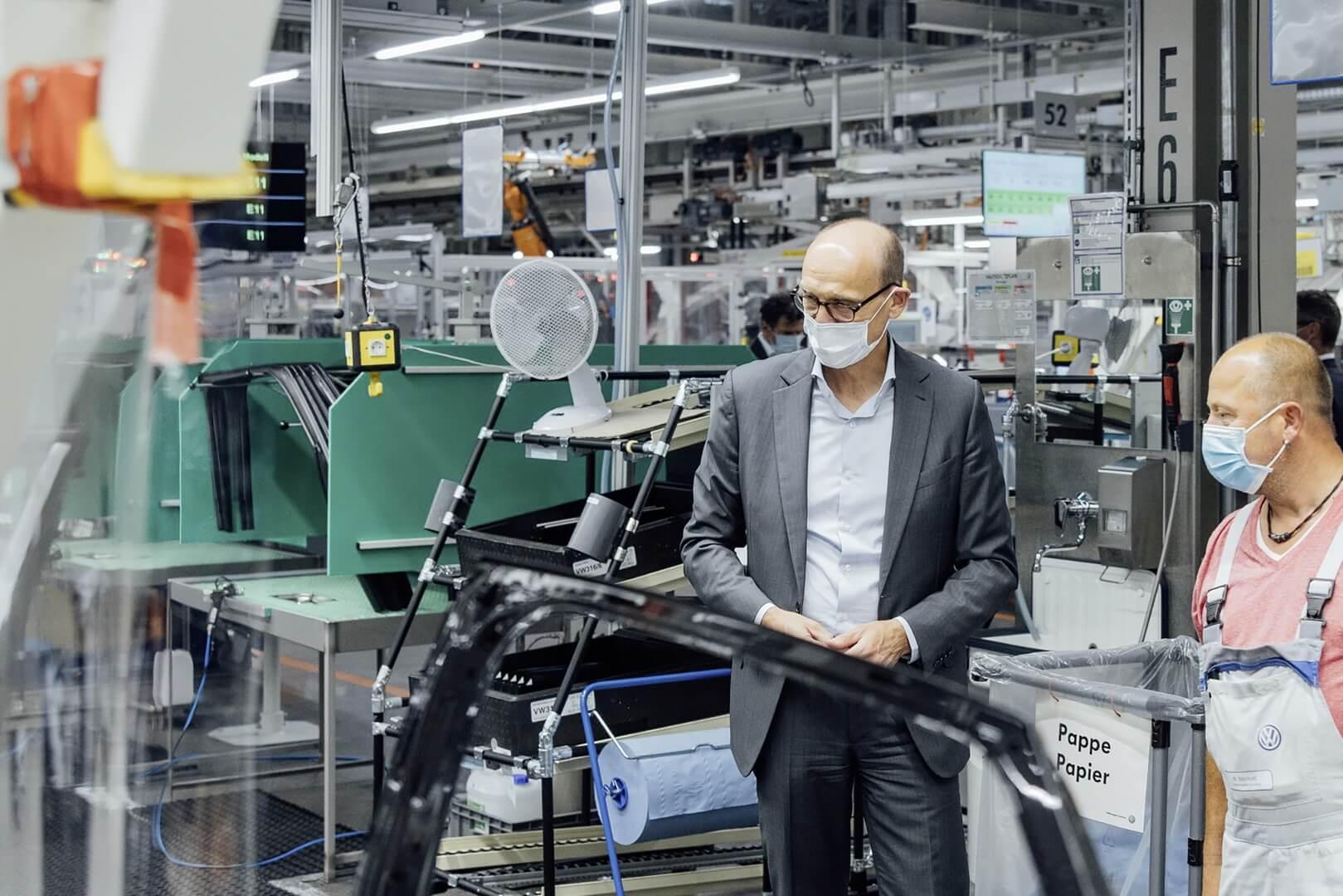 Генеральный директор бренда Volkswagen Ральф Брандштеттер на производственной линии в Цвикау в начале серийного производства ID.4