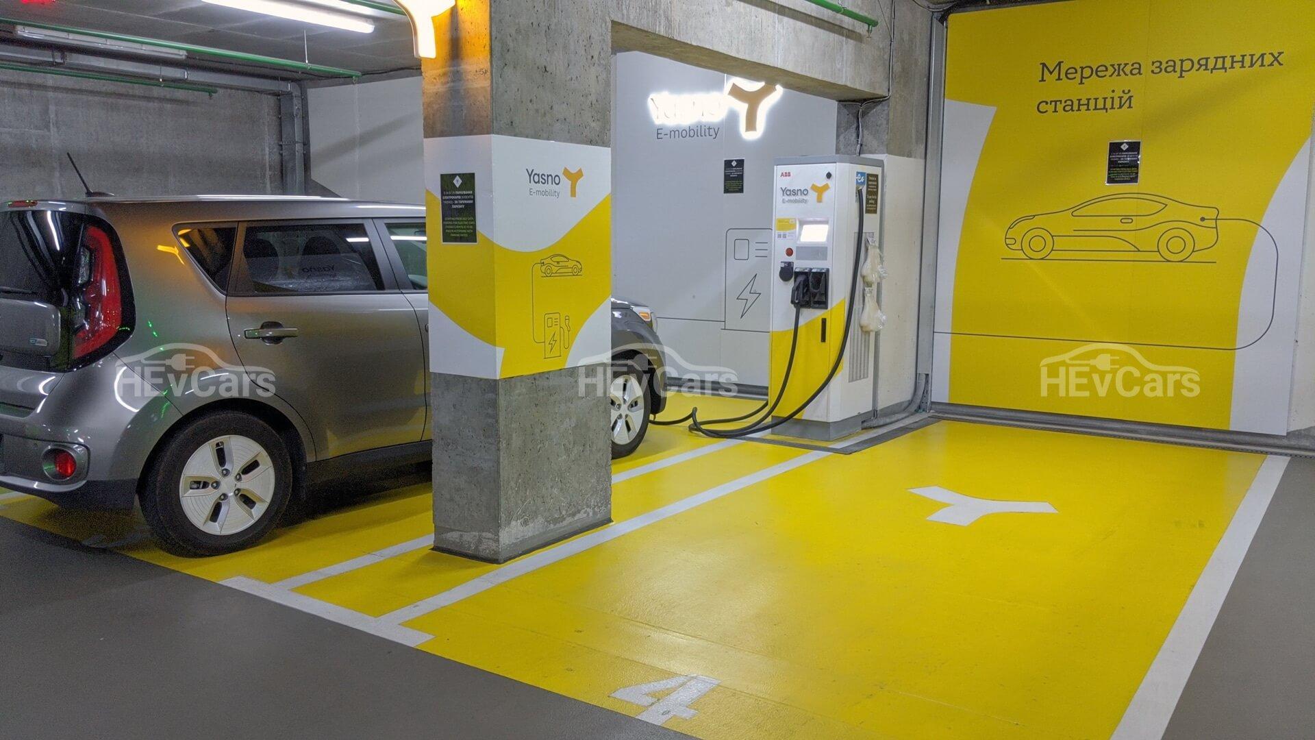 Быстрая зарядная станция YASNO E-mobility на подземной парковке БЦ IQ