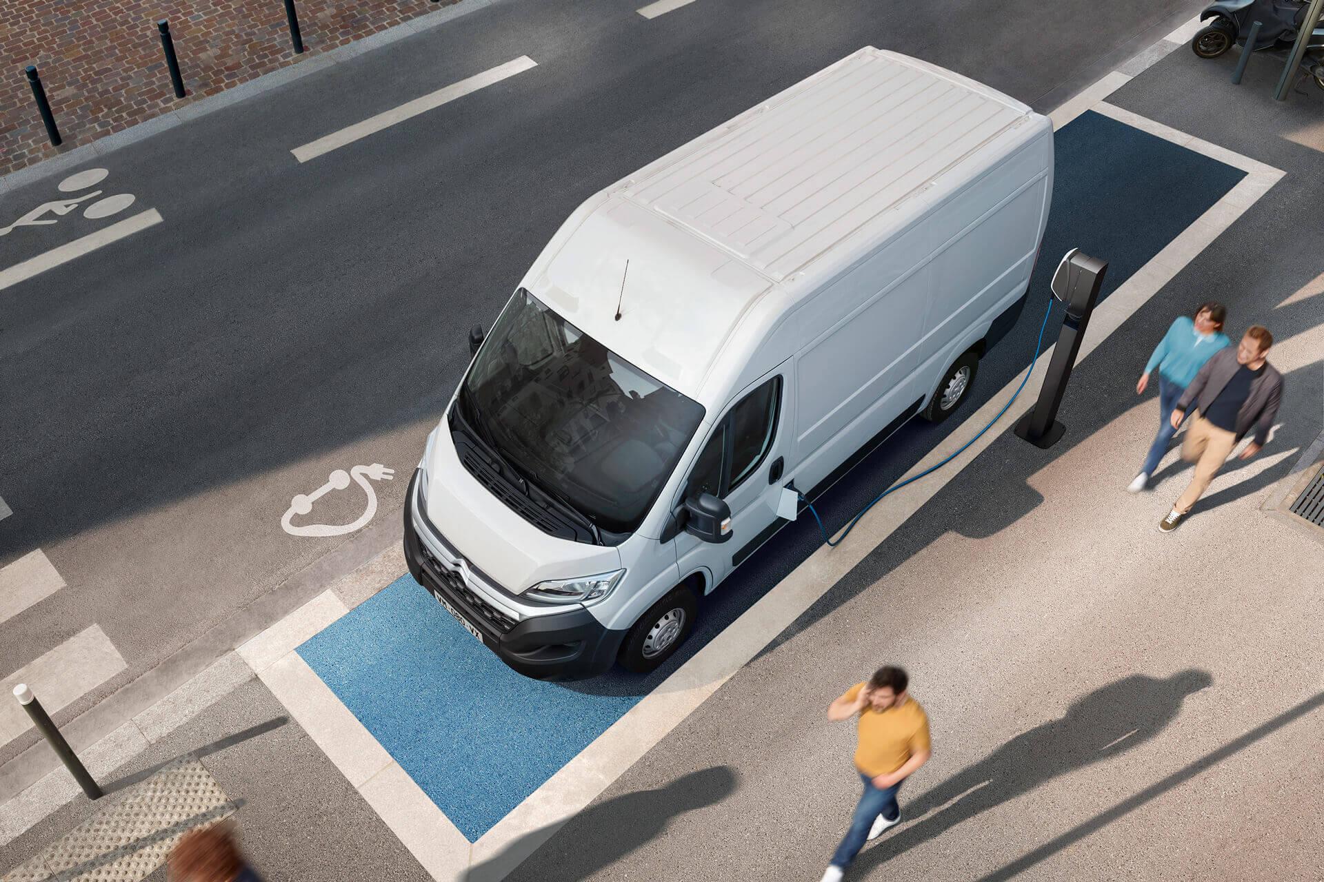 Электрический фургон Citroën ë-Jumper на зарядке