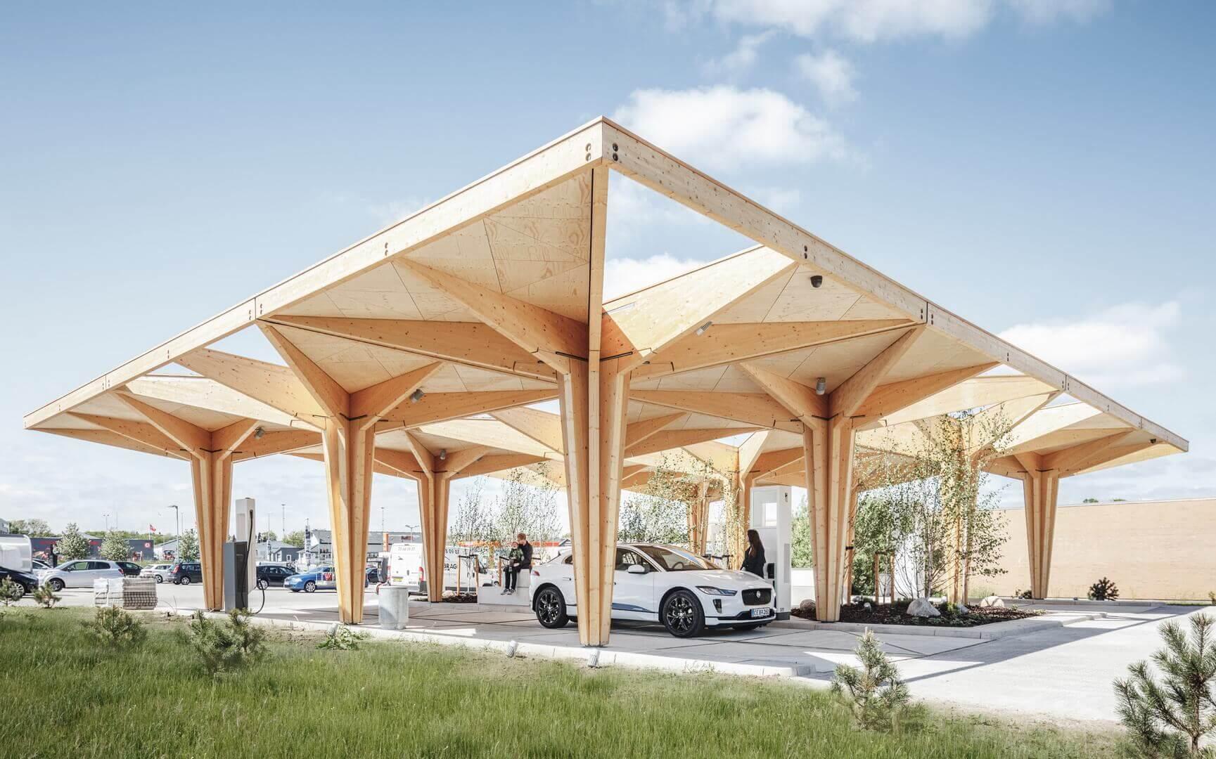 Зарядные станции в городах Фредерисия и Кнудшовед в центральной части Дании были построены с использованием одной и той же модульной структуры в виде деревьев