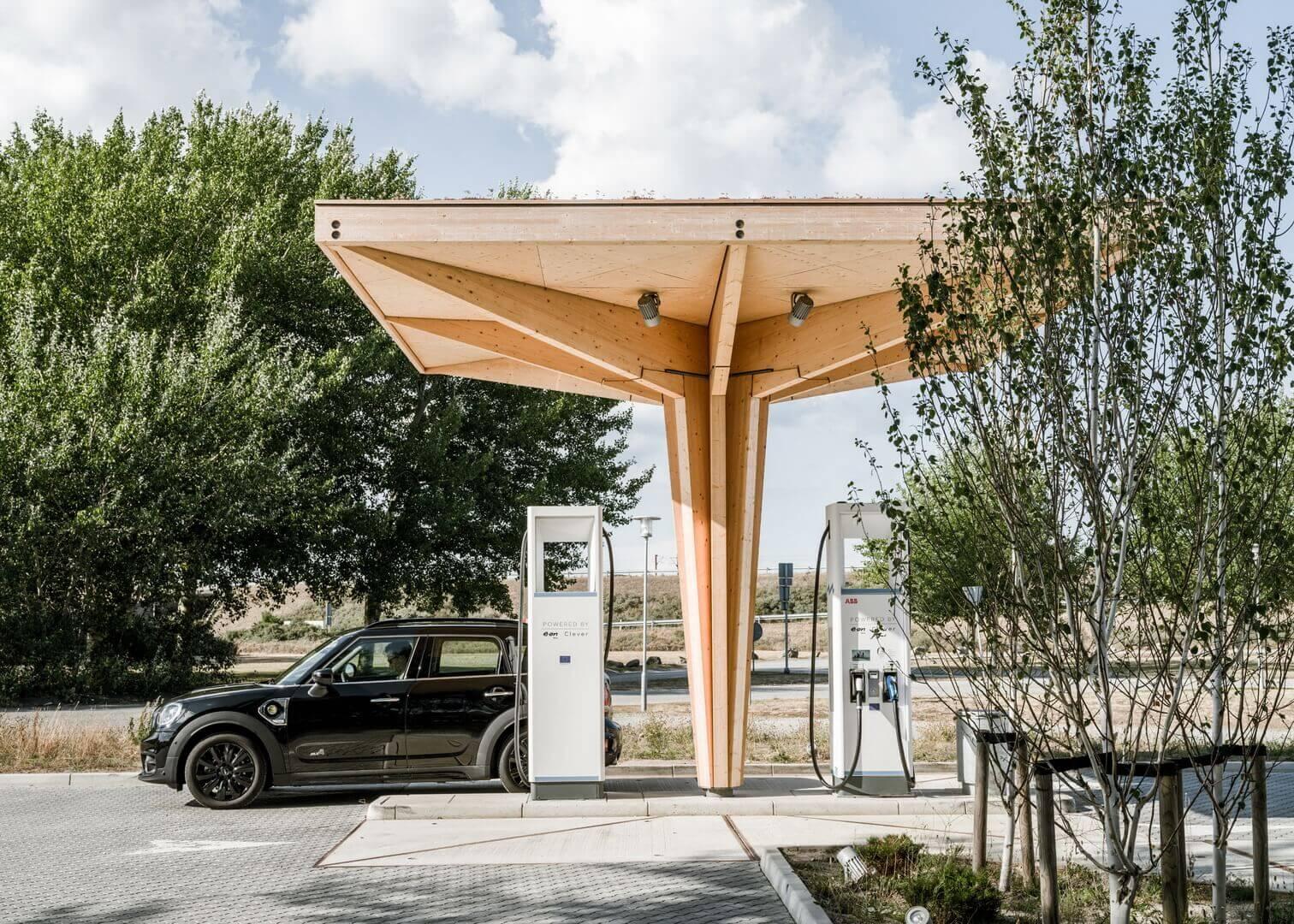 Зарядные станции Cobe напоминают формы заправочных станций из-за того, что они выполняют аналогичную функцию, однако студия хотела, чтобы архитектура отражала более экологичный характер электрического транспорта