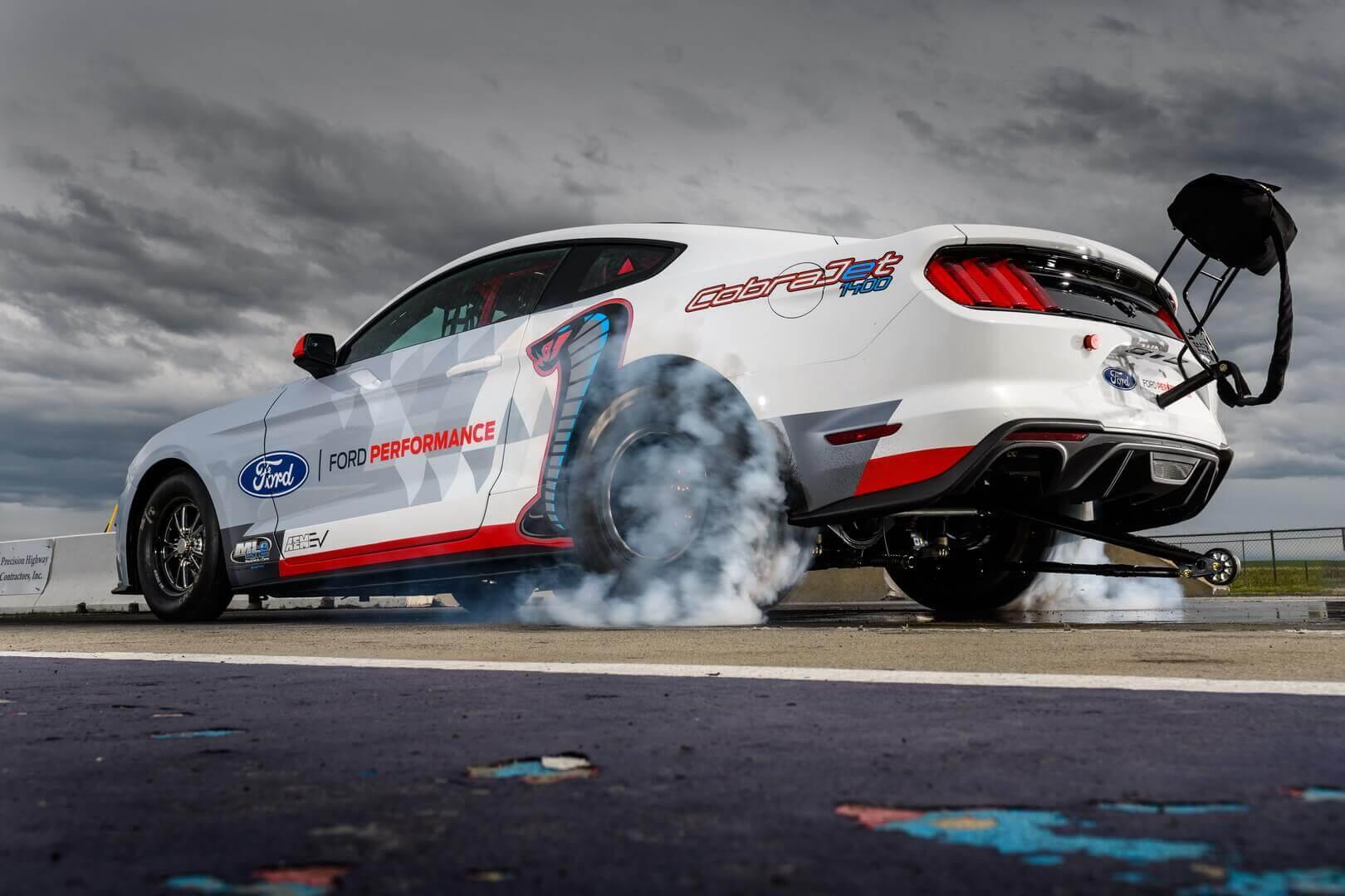 Электрический Ford Mustang Cobra Jet 1400 ошеломил результатами гонки на ¼ мили