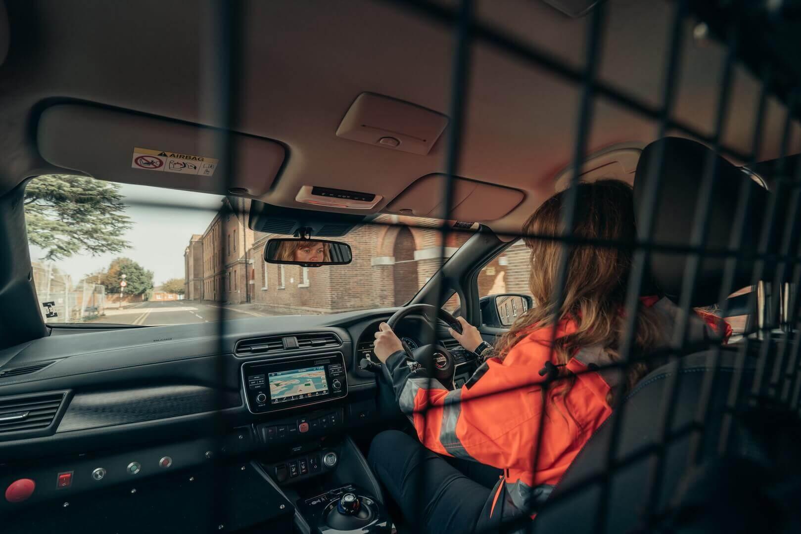 Салон с перегородкой аварийного электромобиля Nissan RE-LEAF