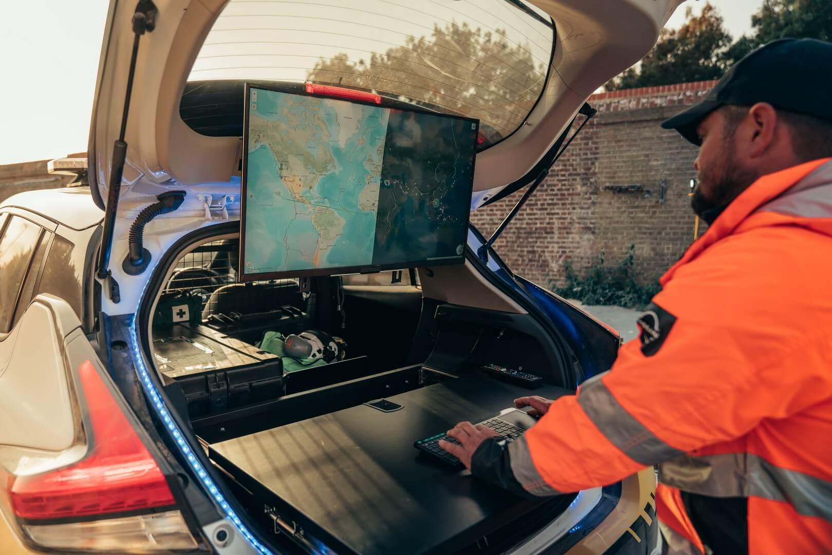 Выдвижной стол с32-дюймовым светодиодным экраном в багажнике